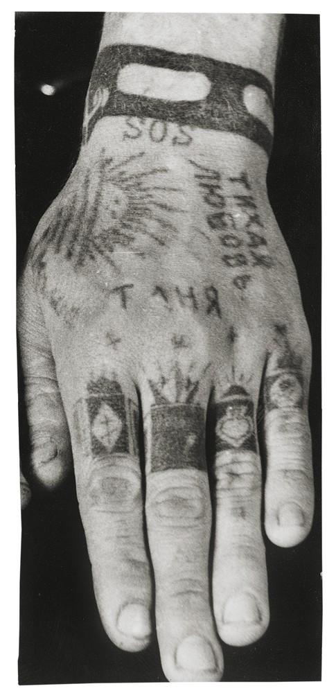Что означает доллар тату на пальце
